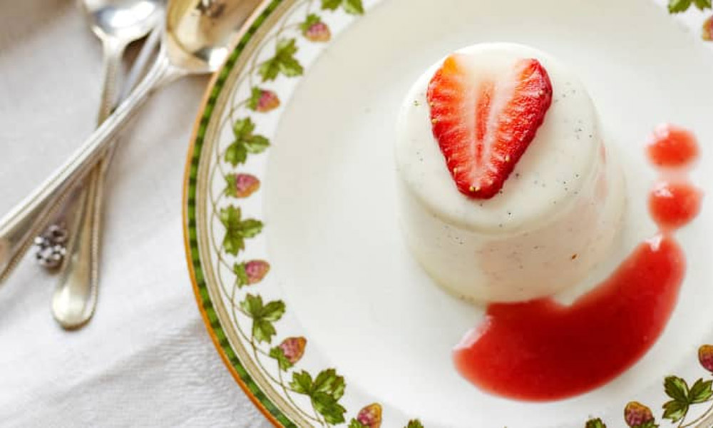 Panna cotta with strawberry sauce